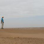 Evert van Voorthuysen inspecteert het terrein bij M'Hamid, Zuid-Oost Marokko