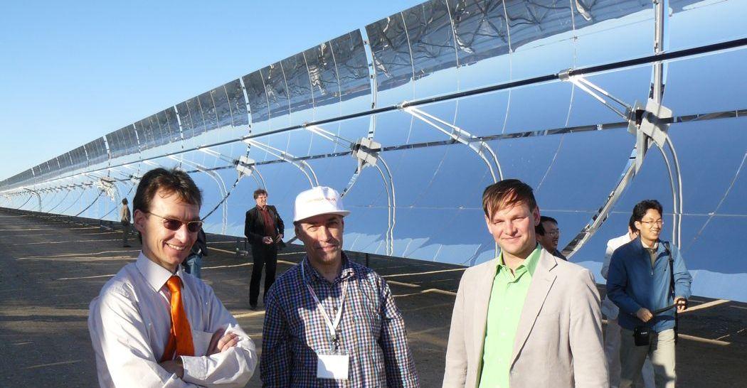 De eindeloze trogspiegelrijen van de 64 MW zonnespiegelcentrale Nevada Solar 1 bij Las Vegas, USA.
