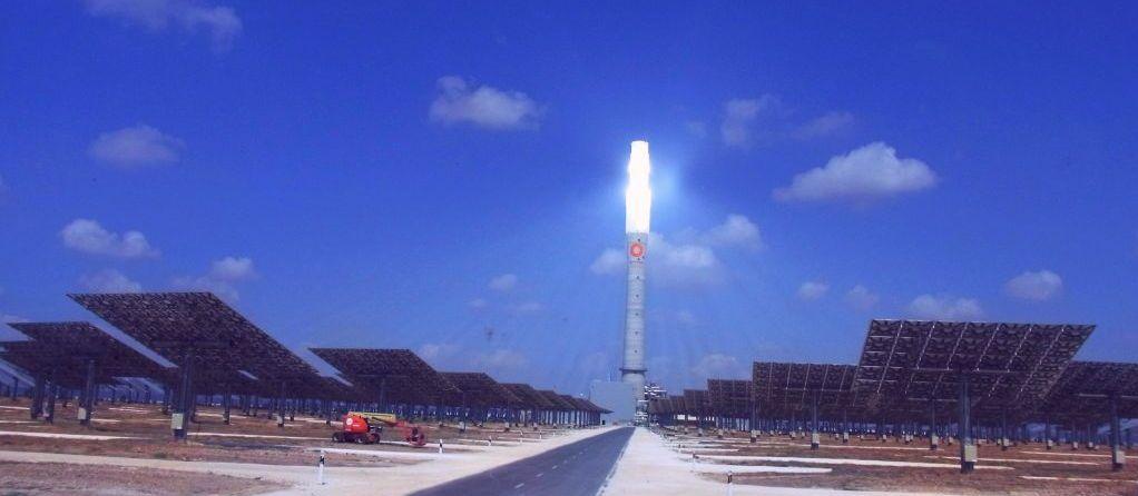 De 140 meter hoge zonnetoren van Gemasolar in Fuentes de Andalucia, Spanje, wordt beschenen door 2650 heliostaatspiegels met 120 m2 spiegeloppervlak. De 20 MW centrale heeft een opslagcapaciteit van 15 uur vol vermogen.