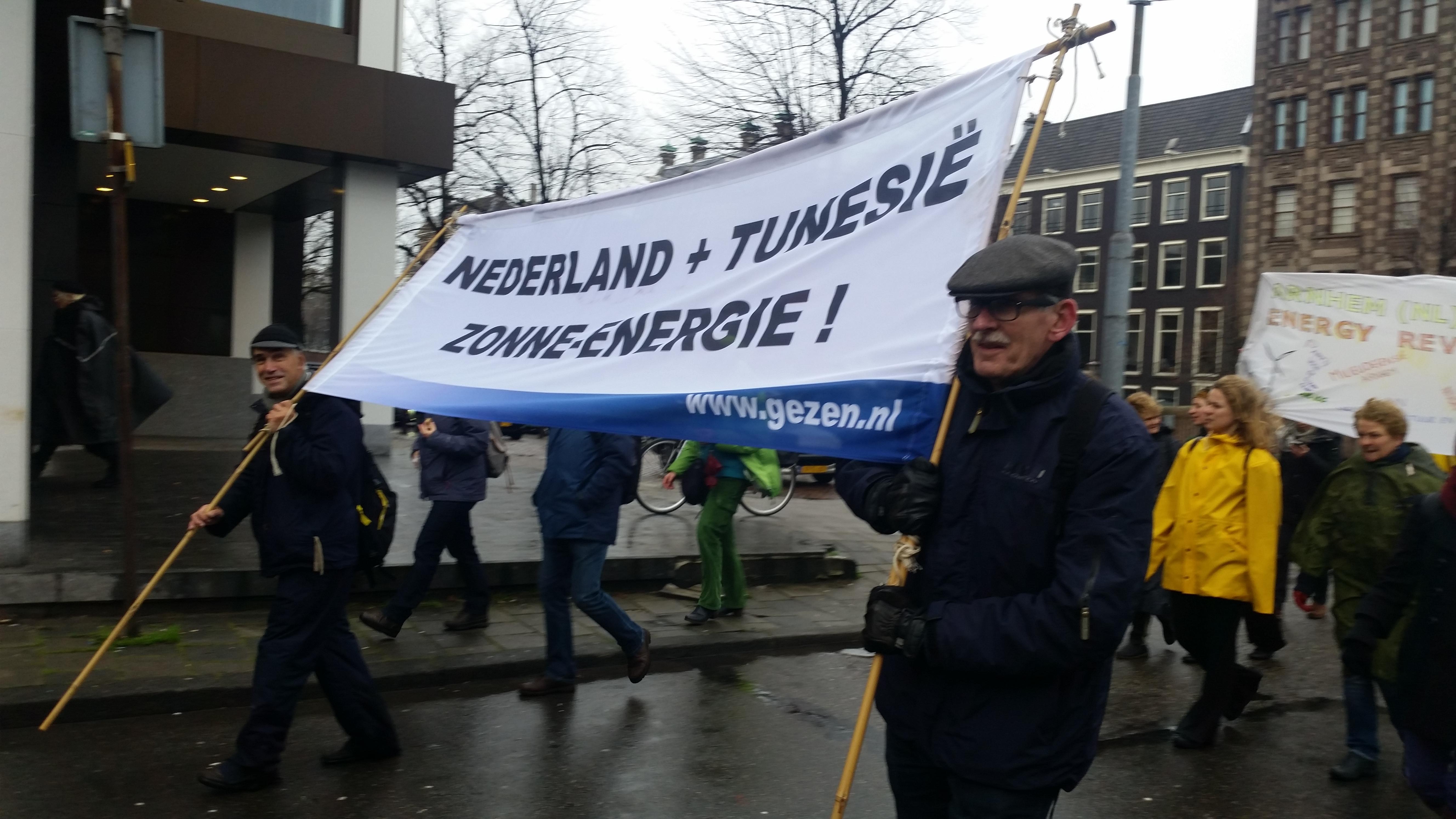 GEZEN directeur Evert van Voorthuysen en penningmeester James Kuipers propageren het Nederlands-Tunesisch Zonne-Energie Plan (link) op de Klimaatparade in Amsterdam op 29 november 2015.
